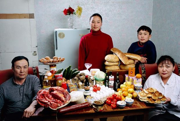 Porodica Batsuuri iz Mongolije sa sedmičnim namirnicama od £29