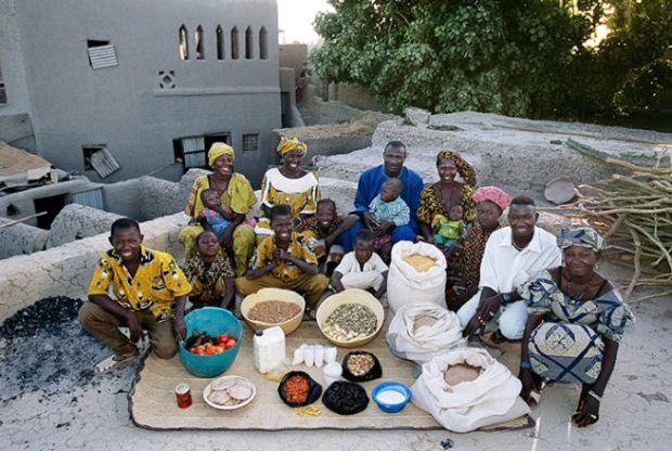 Porodica Nomo iz države Mali koja troši oko £16 sedmično na hranu