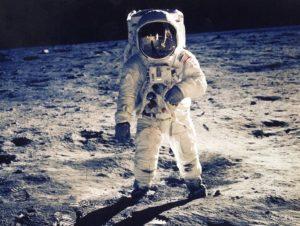 Apollo 11, Mjesec