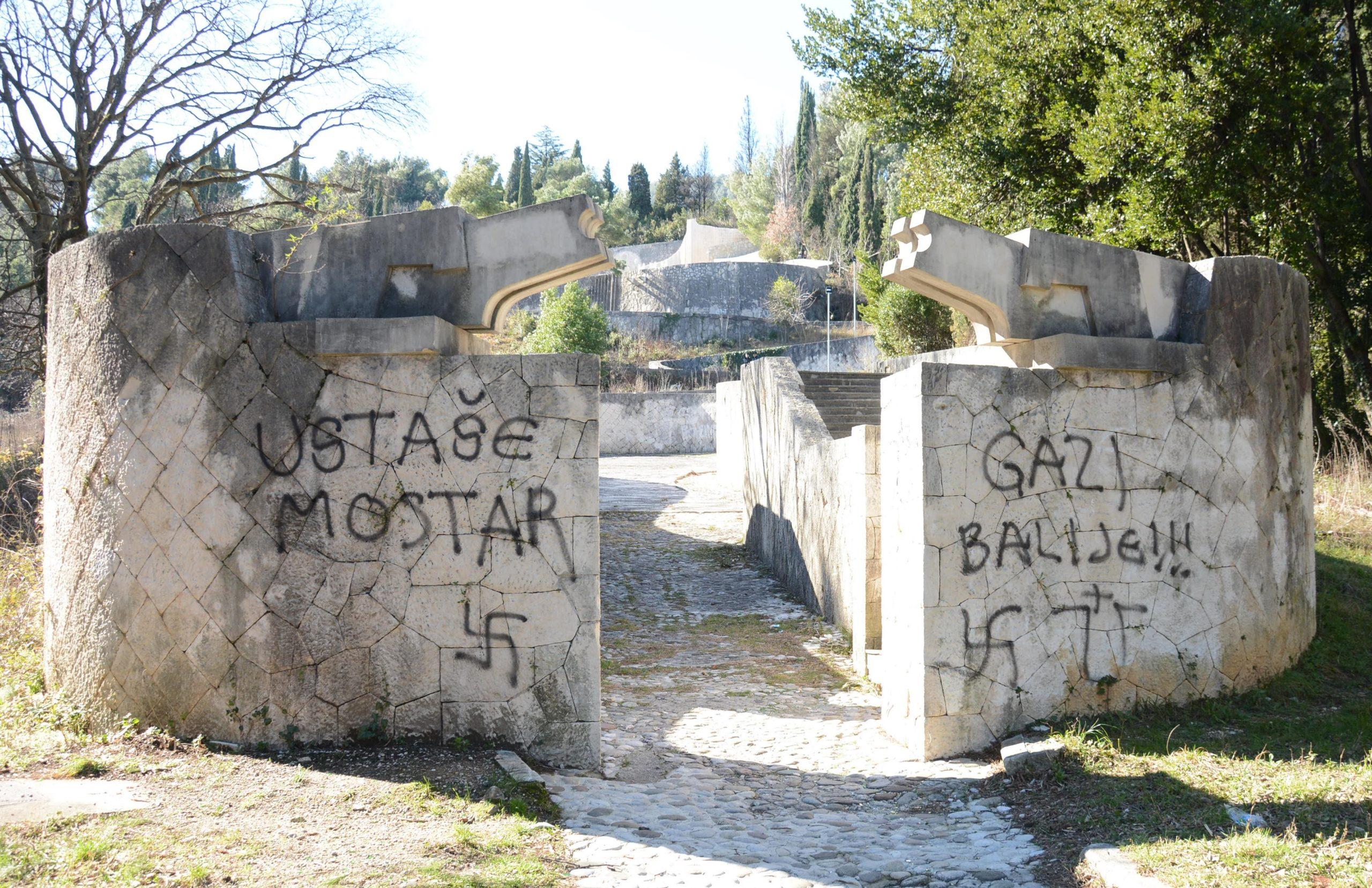 Mostar, Partizansko groblje, grafiti